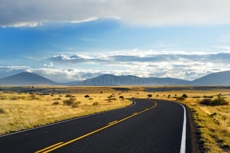 Camino ondulado sin fin hermoso en el desierto de Arizona foto de archivo libre de regalías