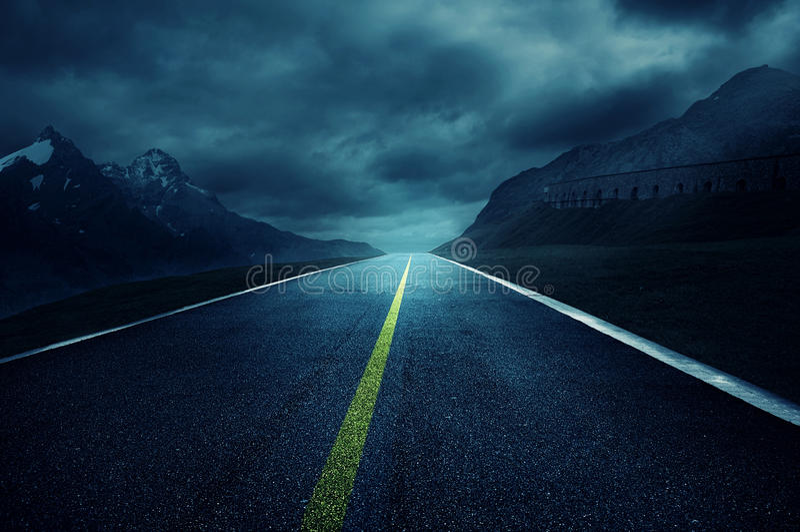 Camino oscuro foto de archivo libre de regalías