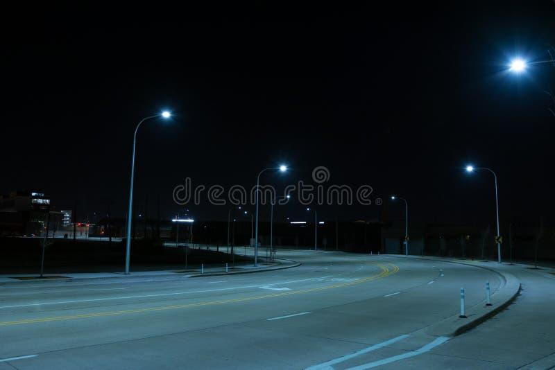 Camino oscuro y vacío en la noche foto de archivo libre de regalías