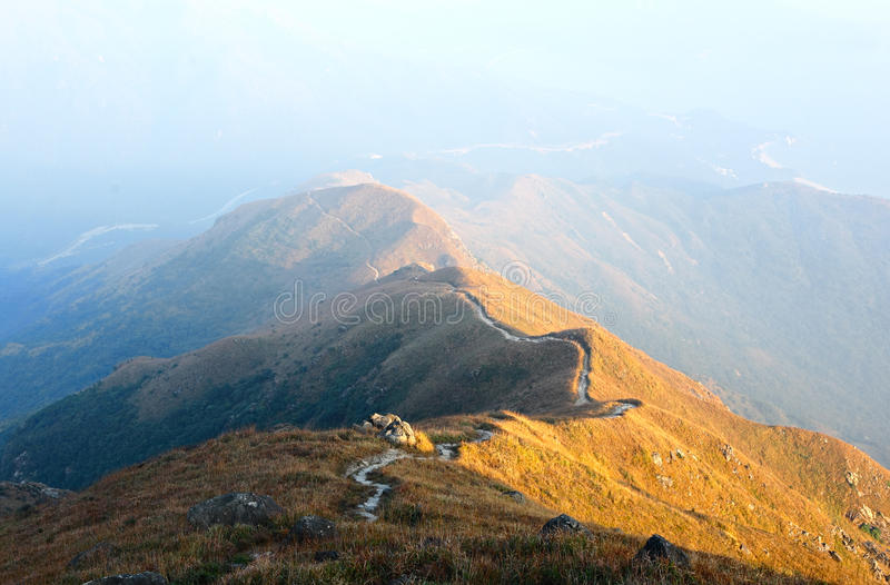 Camino para ir de excursión en la colina foto de archivo