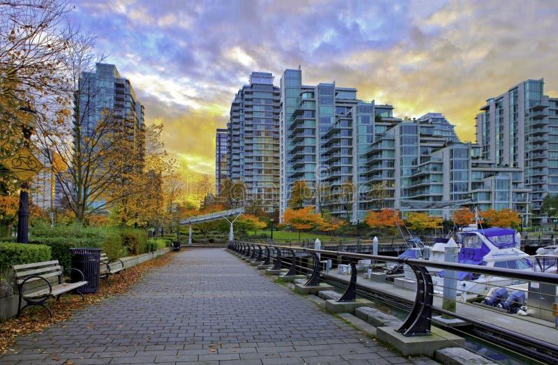 Camino pavimentado a lo largo del puerto del carbón en Vancouver, Canadá imagenes de archivo