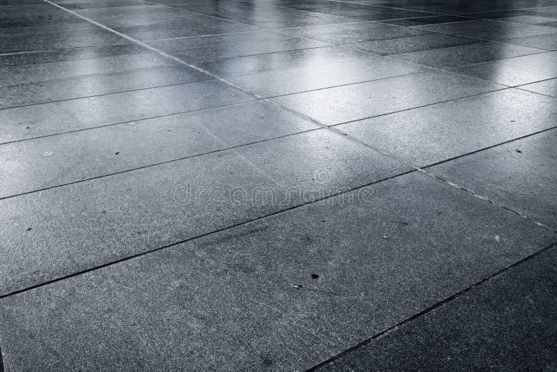Camino pavimentado piedra mojada vieja de la calle de la avenida foto de archivo libre de regalías