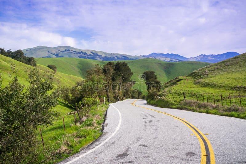 Camino pavimentado que pasa a través de las colinas verdes, soporte Hamilton en el fondo, sur San Francisco Bay, San Jose, Califo fotos de archivo