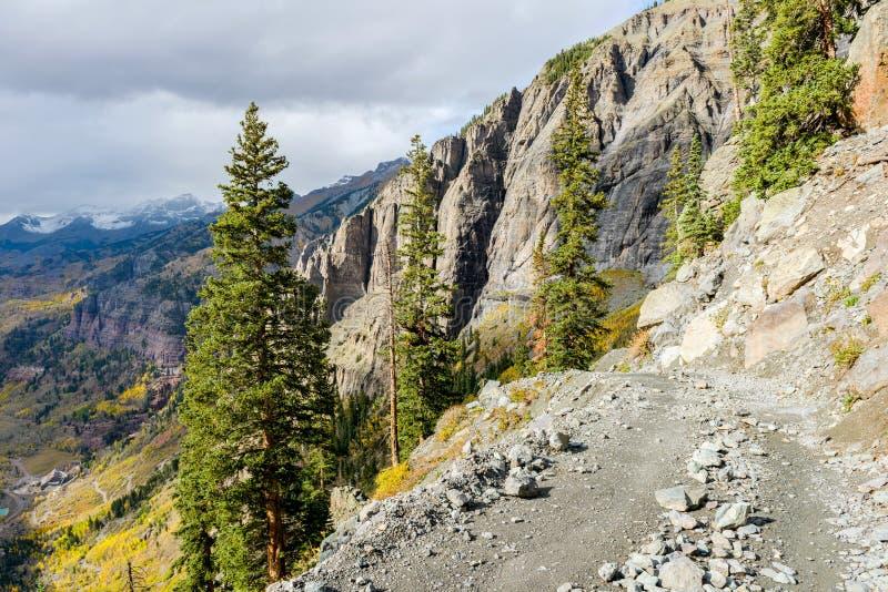 Camino peligroso de la montaña foto de archivo