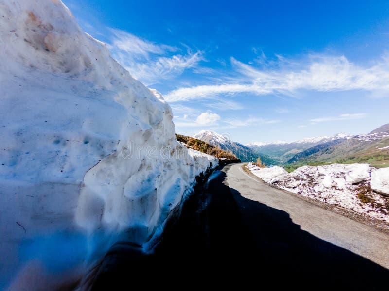 Camino peligroso de la montaña con nieve en la frontera fotos de archivo libres de regalías