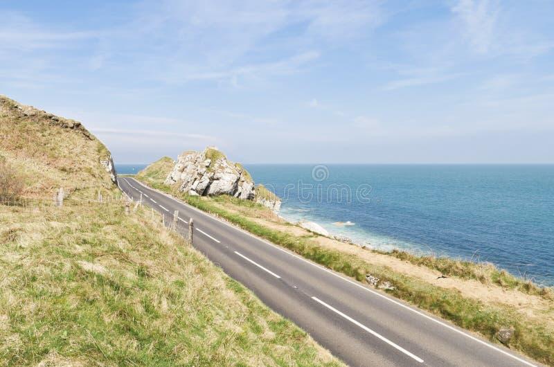Camino por el mar en la ruta costera del terraplén en Irlanda del Norte fotografía de archivo