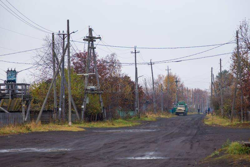 Camino principal, arenoso en pequeño pueblo en la península de Kamchatka, Kozyriewsk, Rusia fotos de archivo libres de regalías