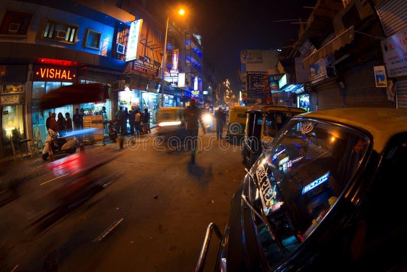 Camino principal del bazar en la noche imagenes de archivo