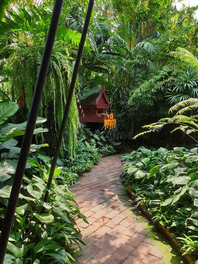 Camino que camina a través de la residencia de Jim Thompson foto de archivo