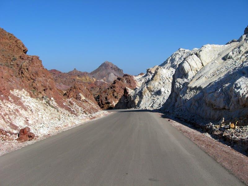Camino que cerca la isla de Hormoz, Irán Variedad increíble de rocas y de minerales imagen de archivo libre de regalías