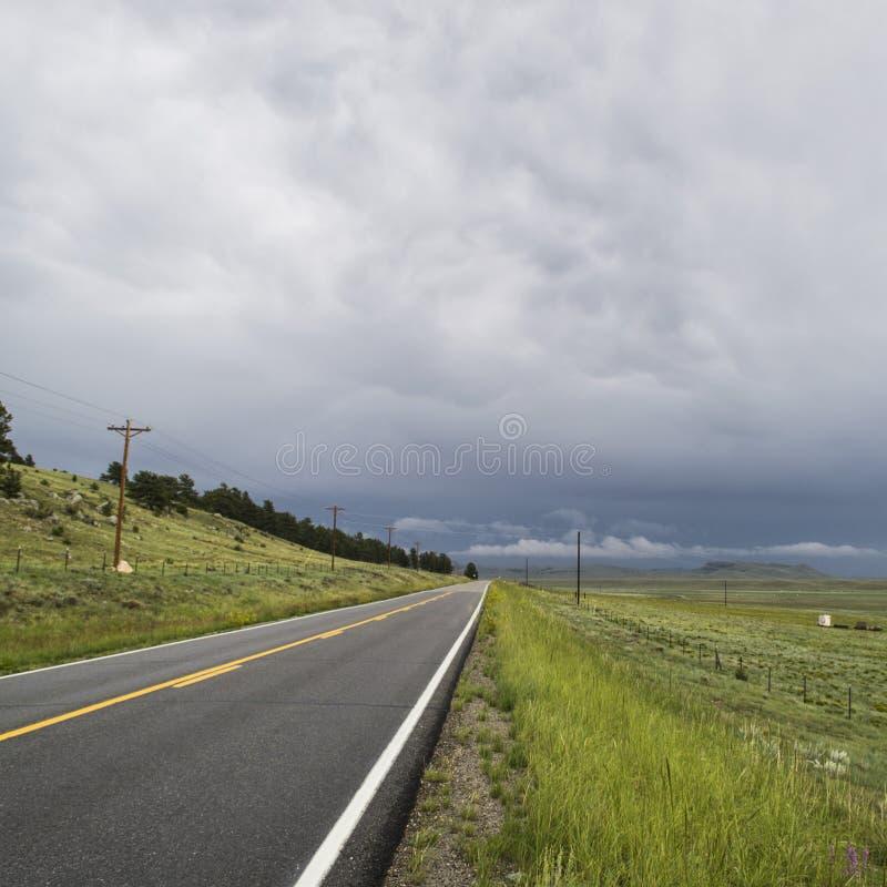 Camino que corre en la distancia imagen de archivo