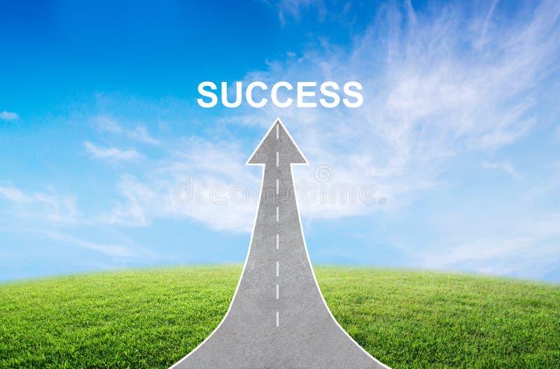 camino que da vuelta en una flecha que sube hacia arriba con una señal de tráfico del éxito, simbolizando la dirección al éxito imagen de archivo
