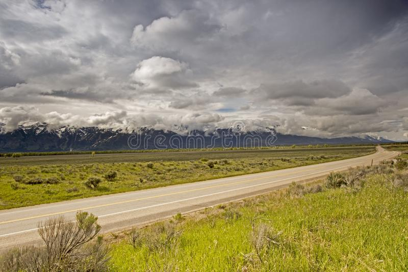 Camino que lleva al parque nacional magnífico de Tetons imagen de archivo libre de regalías