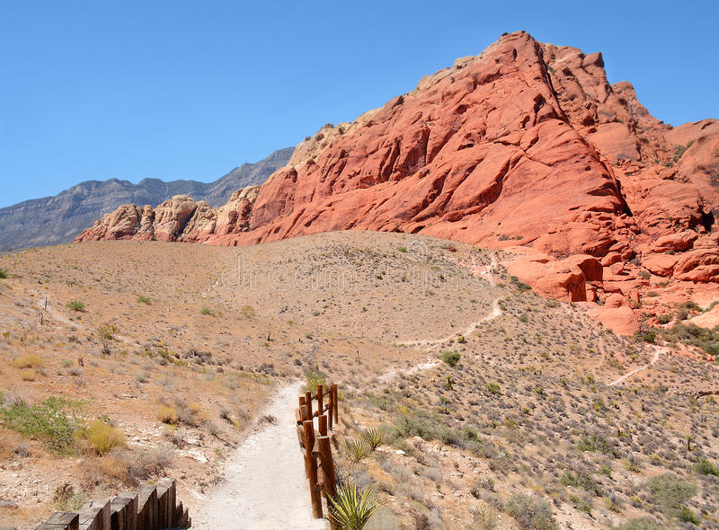 Camino que lleva al rastro de montaña, barranco rojo de la roca, fotos de archivo libres de regalías