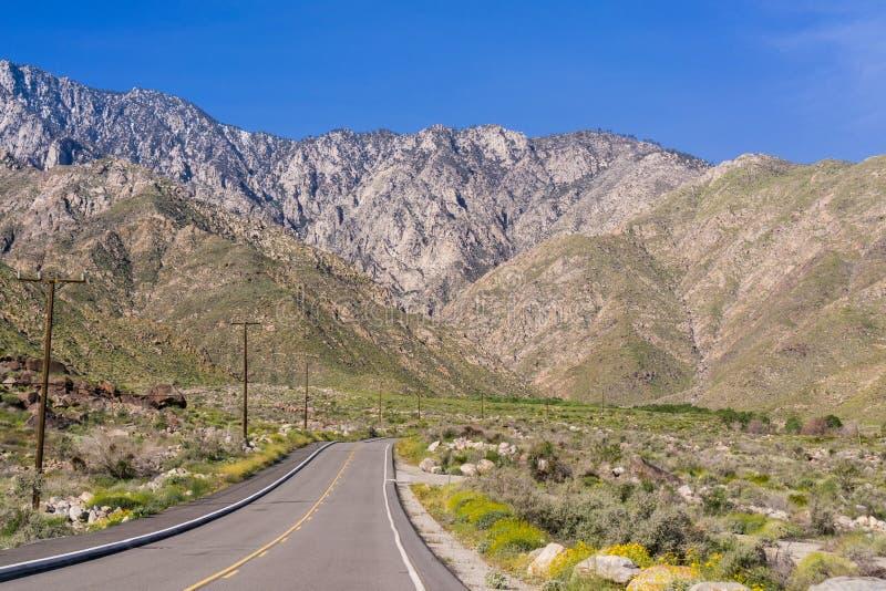 Camino que lleva al tranvía aéreo del Palm Springs, soporte San Jacinto, California imágenes de archivo libres de regalías