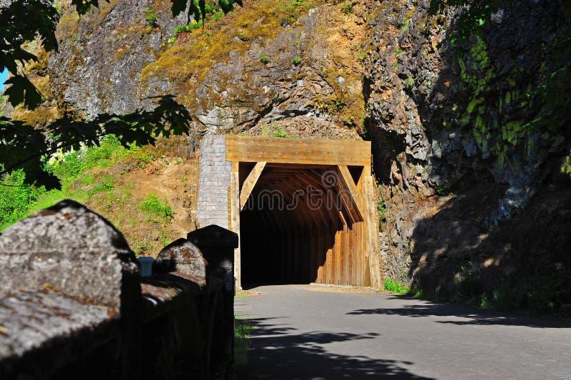 Camino que lleva a un túnel imagenes de archivo