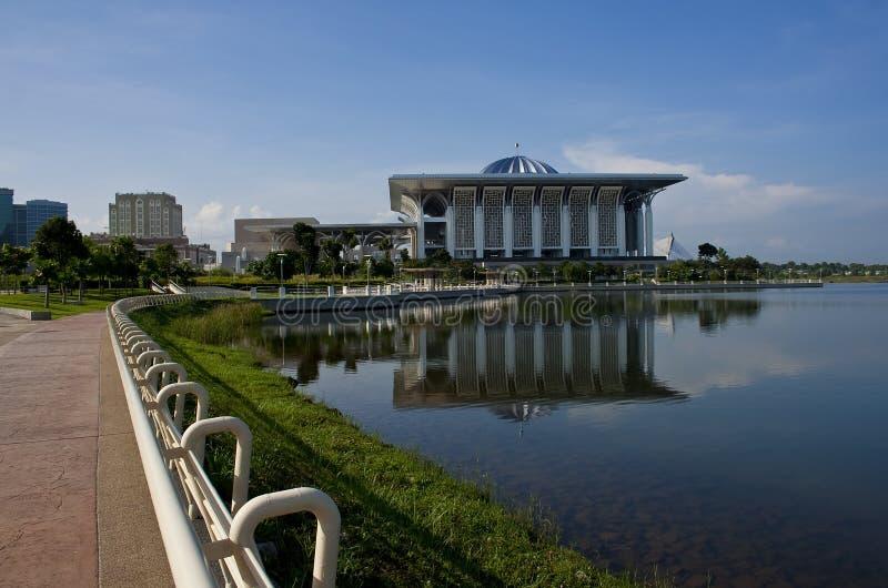 Camino que recorre de la línea de costa de Putrajaya foto de archivo