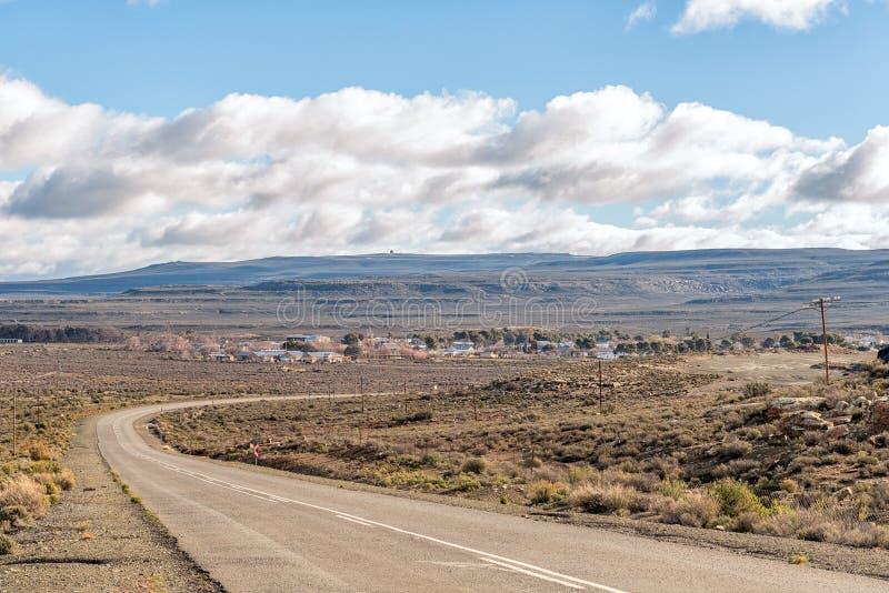 Camino R356 con la ciudad de Sutherland en la parte posterior fotografía de archivo