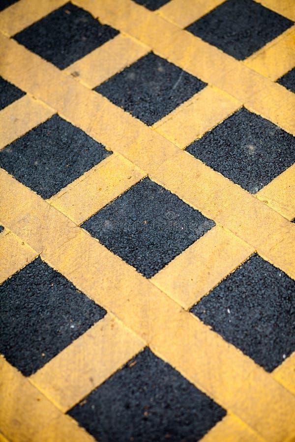 Camino rayado amarillo, estacionamiento prohibido foto de archivo