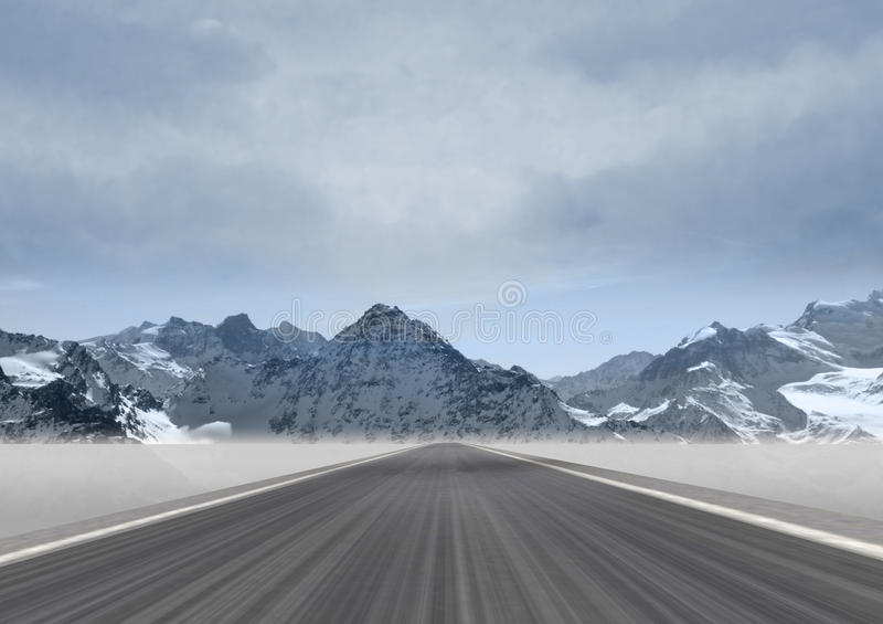 Camino recto en el paisaje de la montaña imagenes de archivo