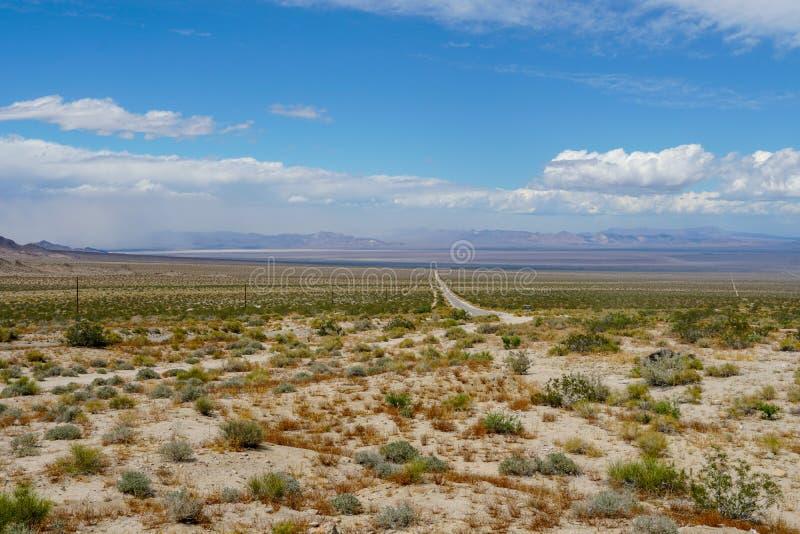 Camino recto Joshua Tree Park siguiente del desierto sin fin imagenes de archivo