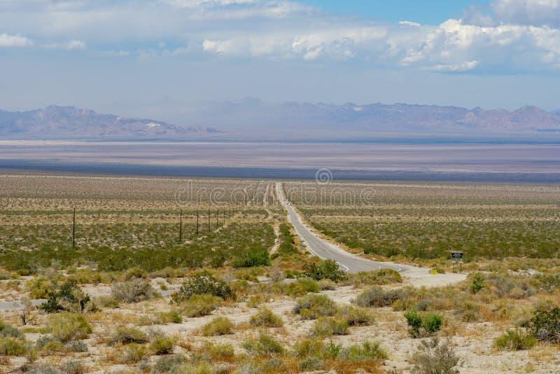 Camino recto Joshua Tree Park siguiente del desierto sin fin foto de archivo libre de regalías