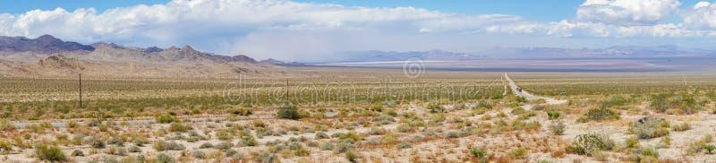Camino recto Joshua Tree Park siguiente del desierto sin fin fotografía de archivo