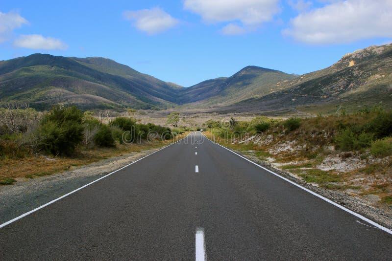 Camino recto largo en la montaña foto de archivo libre de regalías
