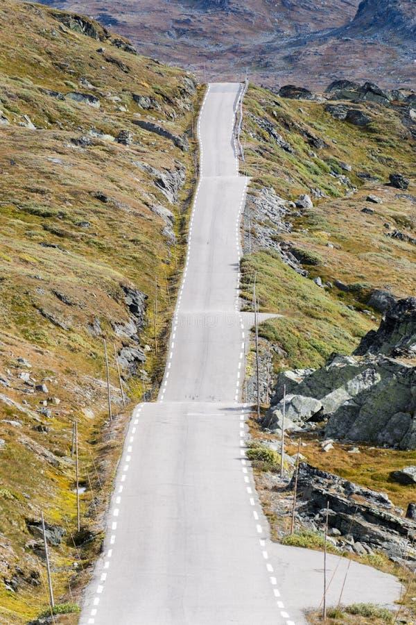Camino recto y desigual de la montaña a través del paisaje rocoso fotografía de archivo