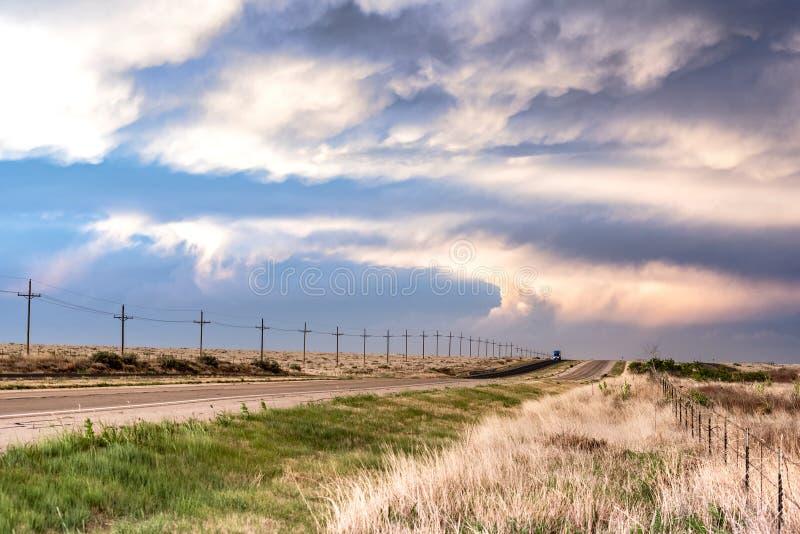 Camino remoto a lo largo del callejón de tornado en la puesta del sol fotos de archivo libres de regalías