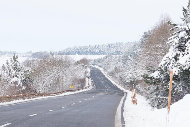 Camino rizado en las altas montañas de Tatra cubiertas con nieve imagen de archivo