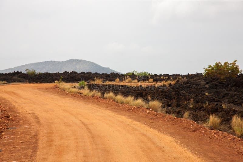 Camino rojo en la sabana, safari en Kenia imagenes de archivo