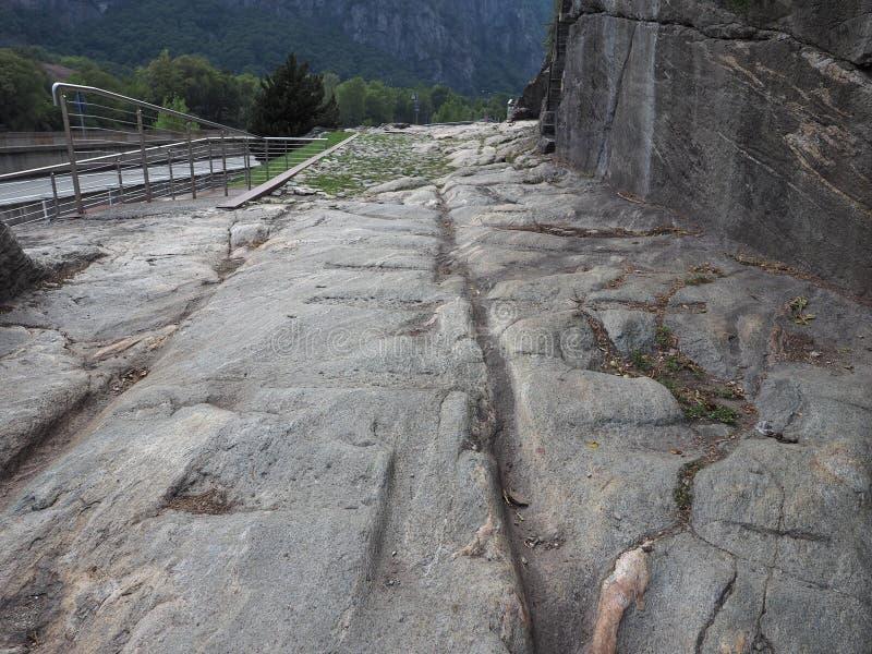 Camino romano antiguo en Donnas fotos de archivo