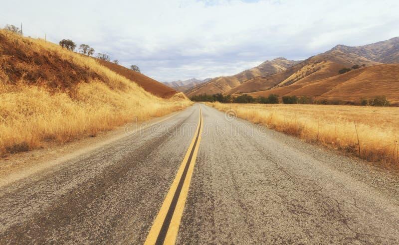 Camino rural al parque nacional de reyes Canyon, los E.E.U.U. fotografía de archivo