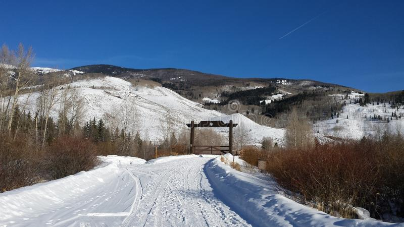Camino rural de la montaña del invierno imagen de archivo