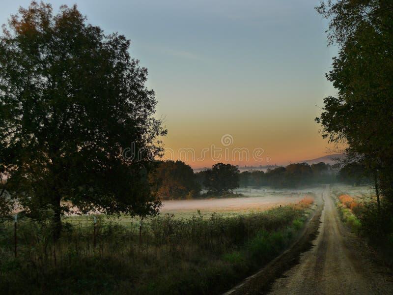 Camino rural del este de Oklahoma con la montaña fotografía de archivo libre de regalías