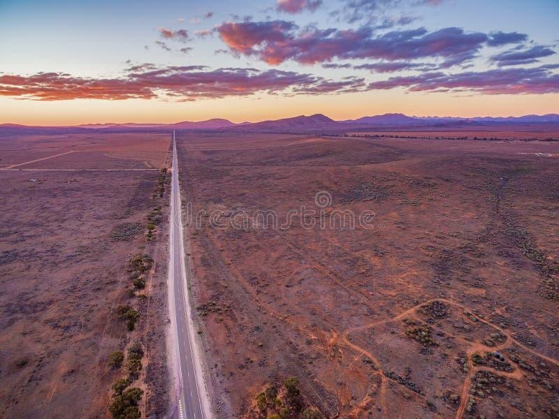 Camino rural recto que desaparece en la distancia fotografía de archivo libre de regalías