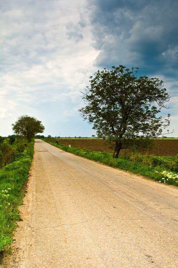 Camino rural y cielo dramático nublado foto de archivo libre de regalías