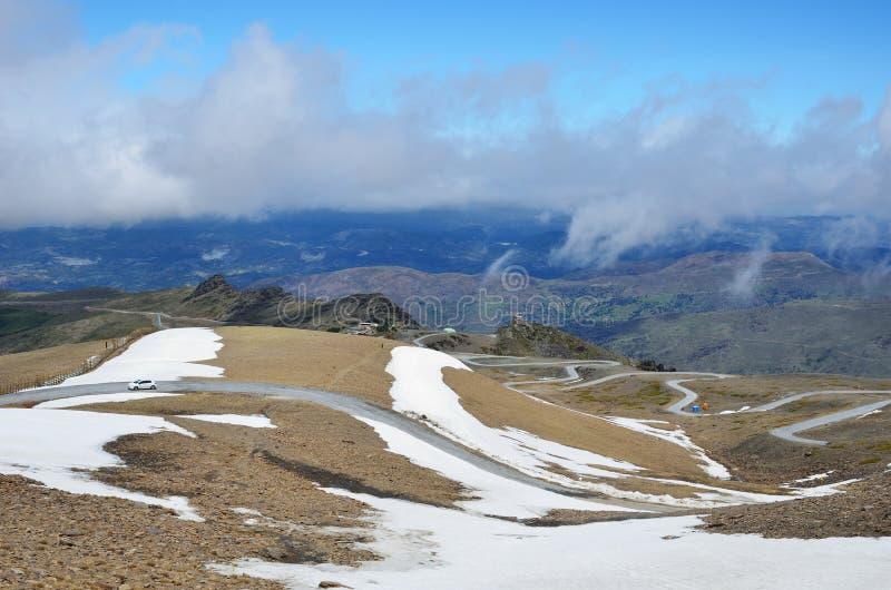 Camino serpentino en la primavera Sierra Nevada imagen de archivo libre de regalías