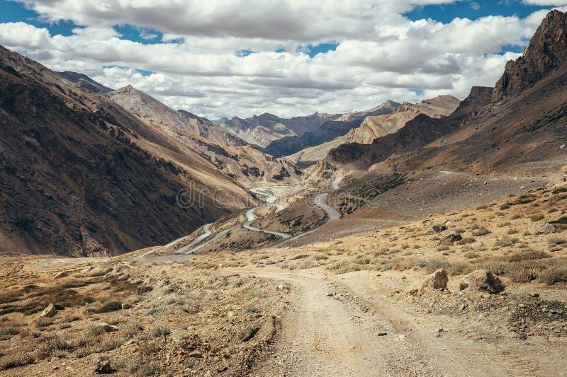 Camino sin fin Leh-Manali en la montaña de Himalaya del indio fotografía de archivo libre de regalías