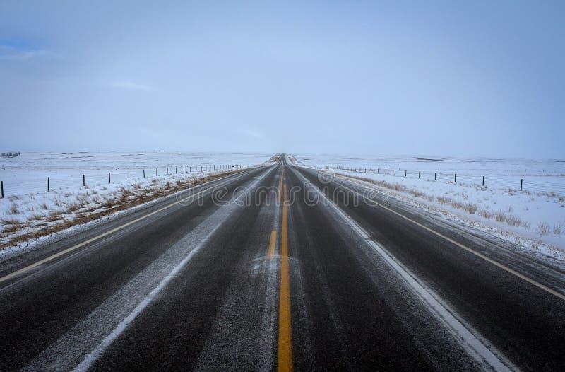 Camino sin fin Nevado que alcanza el horizonte foto de archivo