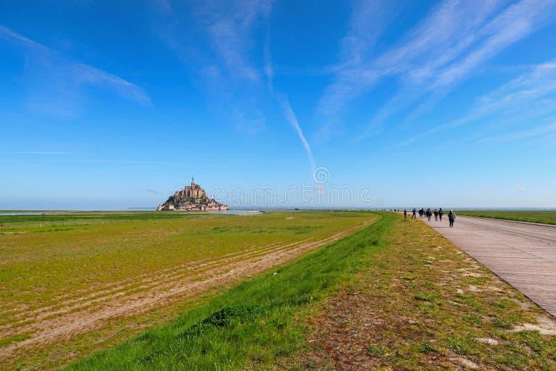 Camino a sorprender la abadía de Mont Saint Michel Foto del paisaje durante salida del sol Normandía, Francia fotos de archivo