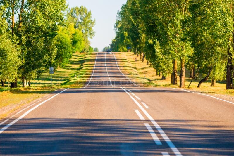 Camino suburbano asfaltado imagenes de archivo
