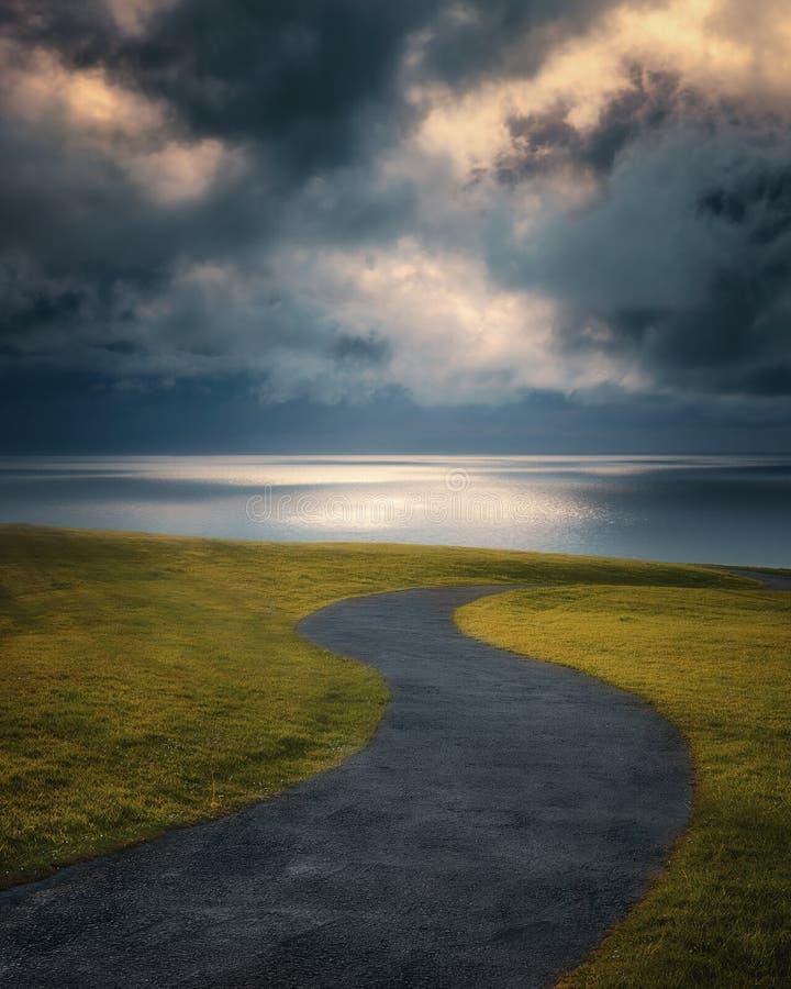 Camino torcido cerca del mar fotos de archivo