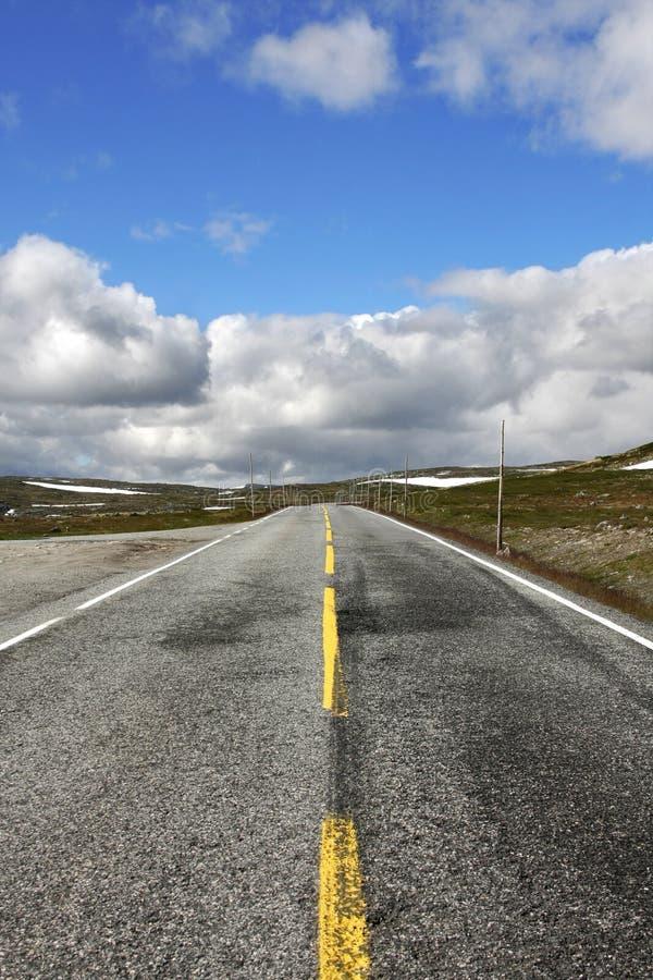 Camino a través de la meseta de Hardangervidda, Noruega foto de archivo