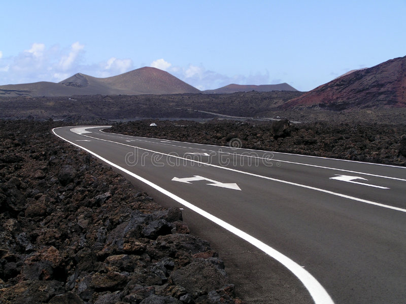Camino a través de rocas de la lava y de montañas volcánicas foto de archivo libre de regalías