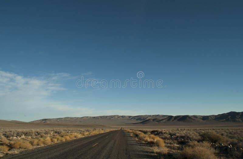 Camino a través del parque nacional de Death Valley fotos de archivo
