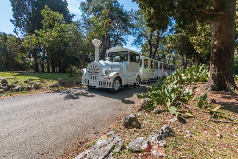 Camino-tren turístico que conduce a través del parque nacional Brioni fotos de archivo libres de regalías