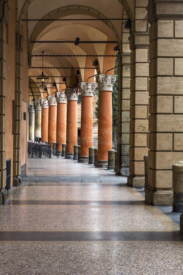 Camino usual con las columnas italianas anaranjadas en Bolonia, en Italia imagen de archivo libre de regalías