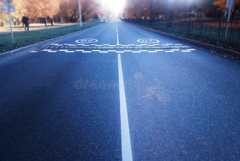 Camino vacío con el fondo separado de dos carriles foto de archivo